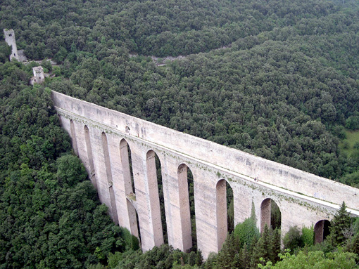 Uma imagem contendo ao ar livre, trem, ponte, edifício  Descrição gerada automaticamente